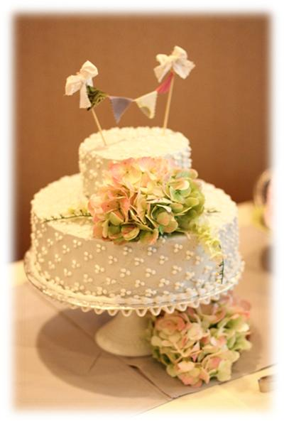 shabby chic dotted wedding cake with bunting