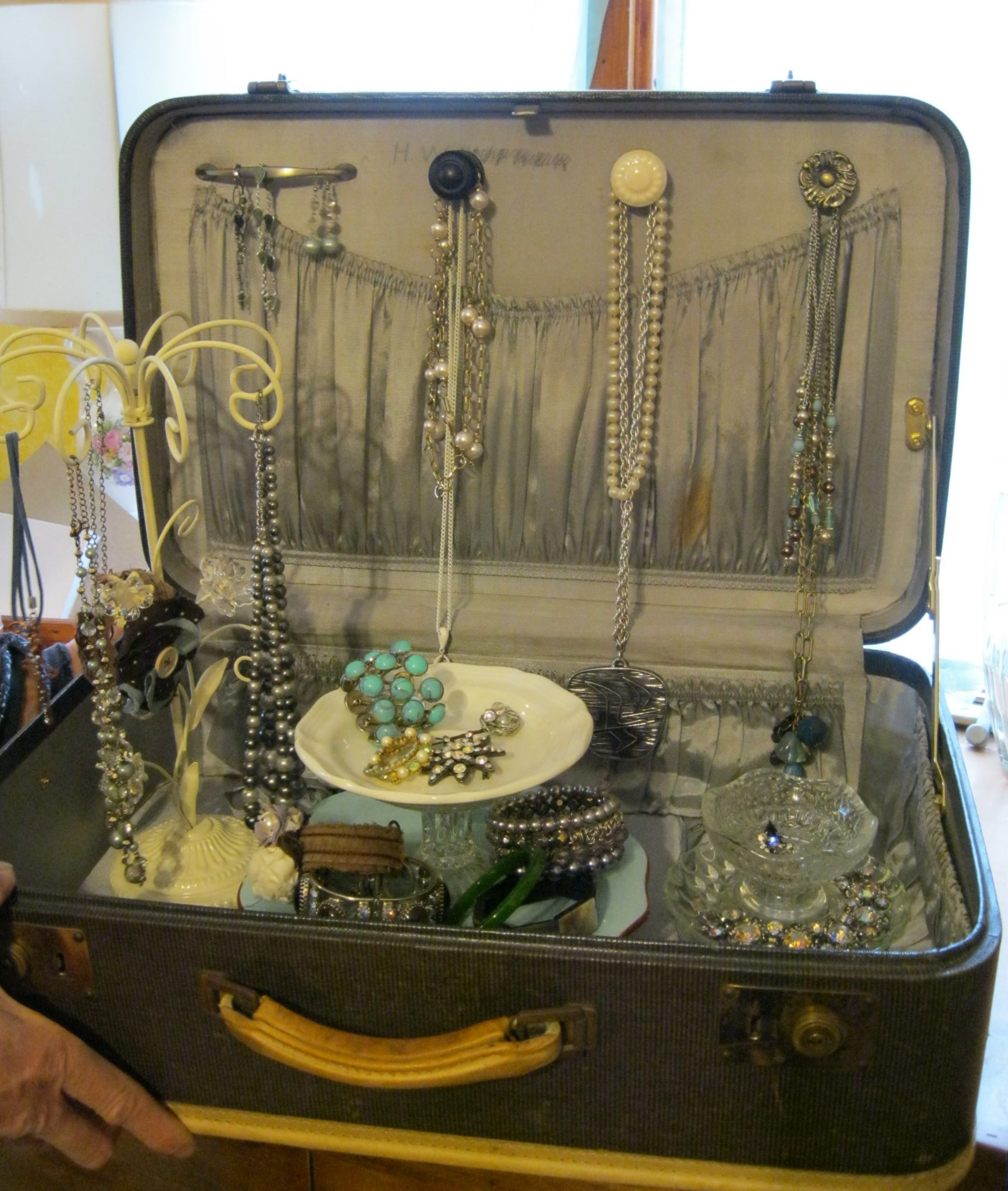 Vintage suitcase jewelry display product display for Jewelry displays
